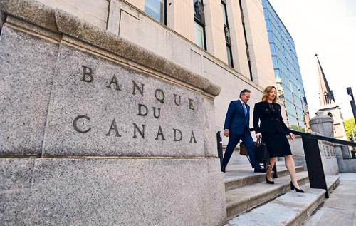 ■加拿大央行維持利率不變,加元應聲下跌。星報