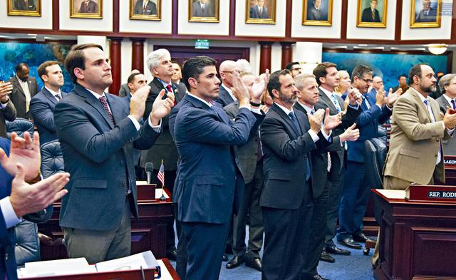 ■佛州眾議院7日以67票對50票通過新的槍管法案,州議員拍掌祝賀。    美聯社