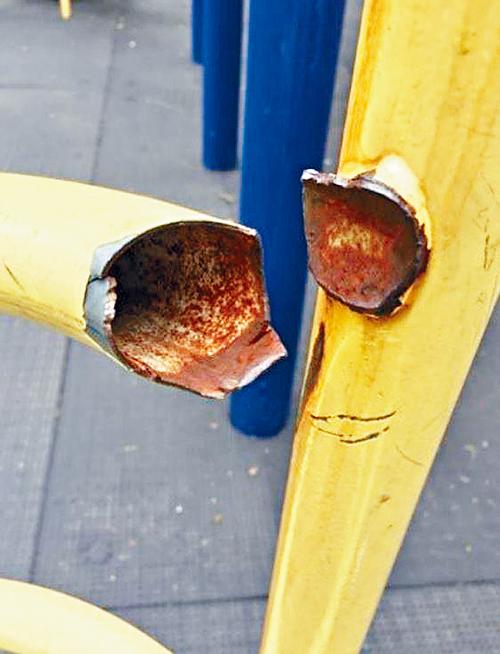 曼哈頓上城公屋遊樂區一處斷掉的旋轉爬桿。