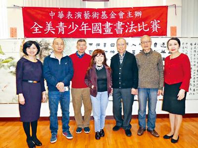 譚嘉陵老師(右一)同6位評委合影。主辦方提供