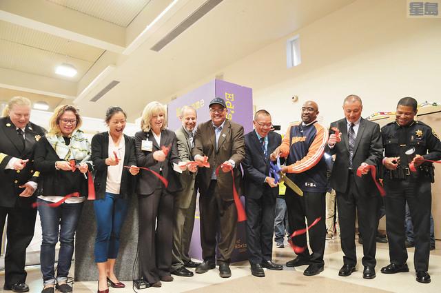 (右四)余鼎昂與各部門代表為「李孟賢社區」進行剪綵儀式。記者邱凱藍攝