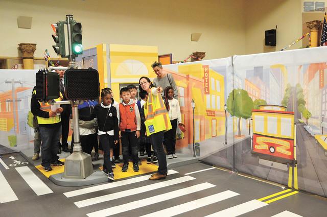 學生學習如何安全過馬路。記者邱凱藍攝