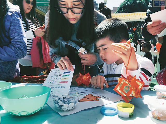 各種手工藝、遊戲攤位。記者黃偉江攝