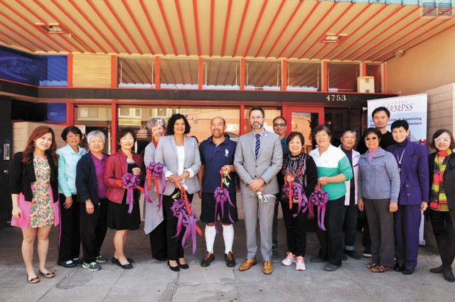 市參事安世輝、三藩市長者及成人服務局主任Shireen McSpadden 、安老自助處營運總監鍾月娟與一眾長者合照。