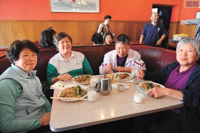 參加美味營養餐計劃的長者吃得津津有味。記者邱凱藍攝