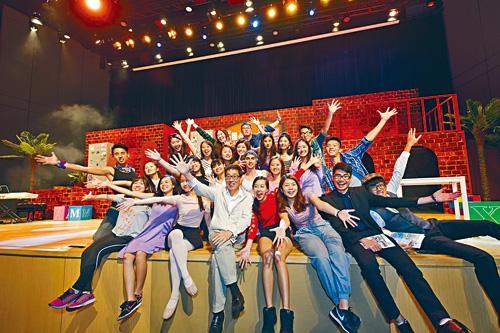 郭位觀賞城大學生表演舞台劇。 城大提供相片