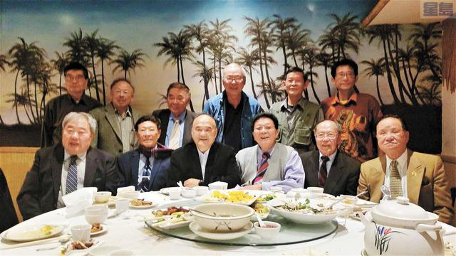 世界龍岡趙恩廣主席(前左3)、美洲龍岡趙善強主席(前右2)、美國龍岡張耀榮主席(前右3)、三藩市龍岡趙傑為主席(後右2)暨列位元老出席晚宴。龍岡提供