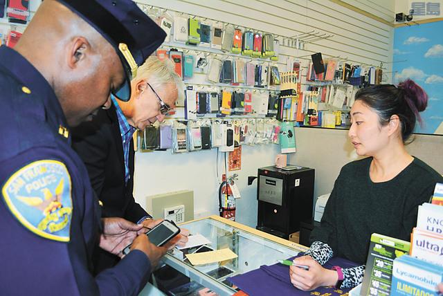 地檢官賈斯康及警分局長福特為華裔店主留下聯繫方式,表示會跟進其店舖被盜的案件。記者徐明月攝