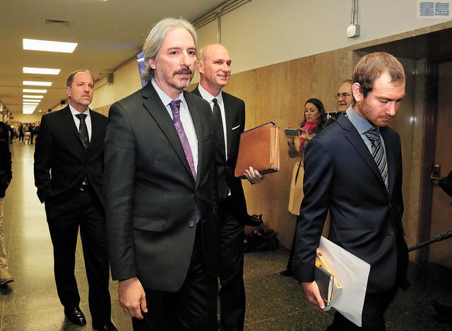 岡薩雷斯(前左)及同僚獲選為年度最佳辯護律師。美聯社資料圖片