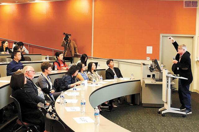 欣欣中國農村教育創新論壇,史丹福大學農村教育計劃中心聯合主任羅斯高(右)發表主題演講。