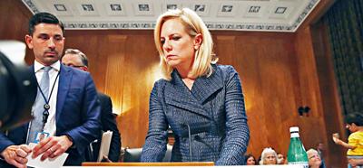 國土安全部長尼爾森出席國會作證,為偷渡客骨肉分離分開關押的政策辯護。    美聯社