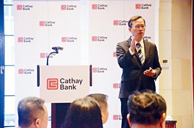 俞偉雄向在座嘉賓分析中美貿易的趨勢及可能影響。