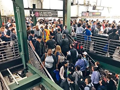 紐約市內地鐵服務也大受影響,多個車站出現人潮。推特圖片