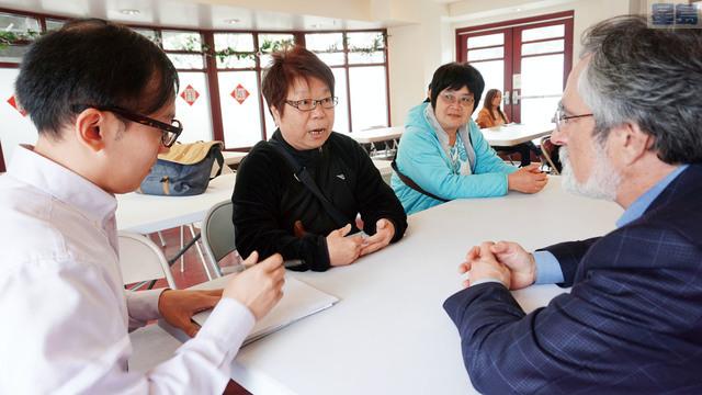 佩斯金華埠現場辦公,聆聽民眾心聲。記者黃偉江攝
