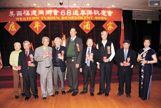 福建同鄉會首長特別頒發給80歲以上的會員紅包一封譚國亮攝