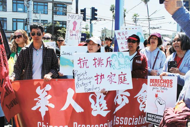華人進步會及一眾華裔市民加入集會,抗議特朗普政府。記者梁穎欣攝