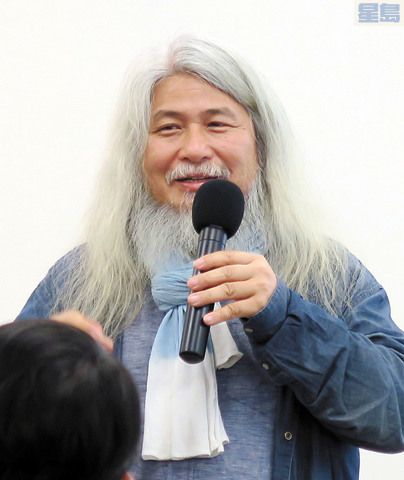 台灣知名雕塑藝術家康木祥12日在灣區與僑胞交流。記者王慶偉攝