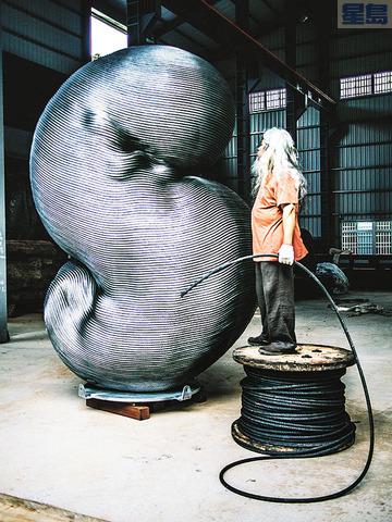 雕塑藝術家康木祥以汰舊電梯鋼索製作的「台灣如意」作品,被德國永久收藏。資料圖片