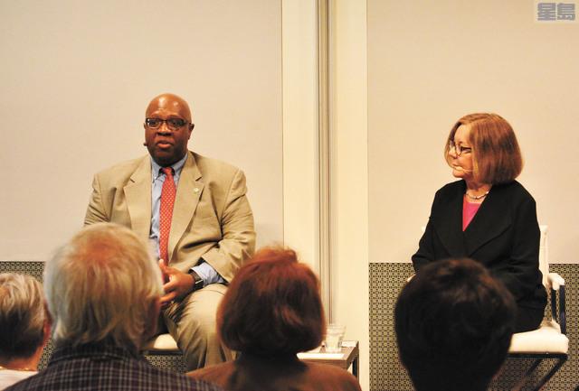 (左)醫療廢料循環再用公司MedShare行政總裁雷丁(Charles Redding)談災難救援。 記者劉康泰攝
