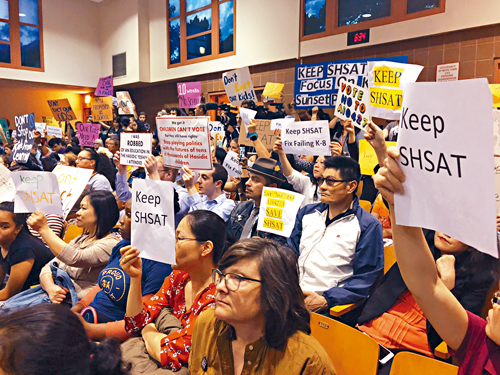 舉牌表達支持特殊高中考試者包括了亞裔和白人。
