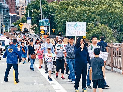示威群眾在風和日麗下遊行經過布碌崙橋。林意善攝。