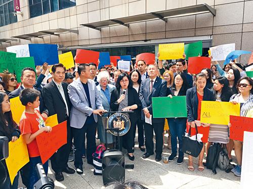 民選官員史塔文斯基,金兌錫及顧雅明(代表)在集會現場強烈反對取消SHSAT。