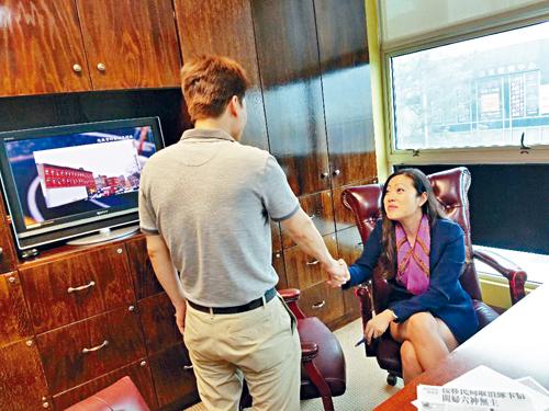 受6年前華埠律師編造政治庇護證供,移民局取消綠卡的陳先生提出申訴成功,王君宇律師向他祝賀。