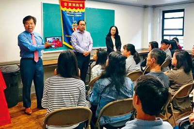 眾人在同源會頒獎儀式上探討僑社的未來和教育。