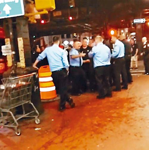 多位身穿制服的消防員當晚在酒吧門外爭執。視頻截圖