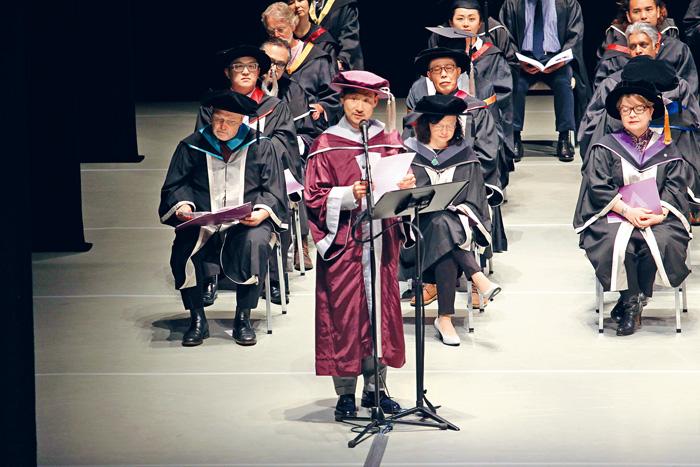 ■學友在台上致辭,勉勵一班演藝畢業生。