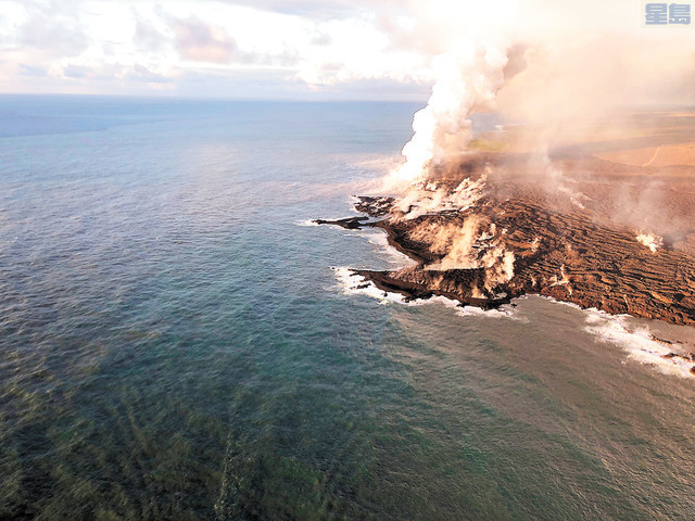 火山熔岩為夏威夷島新增250英畝土地,圖為從空中俯瞰火山熔岩流入太平洋的壯觀景色。美國地質勘查局/美聯社