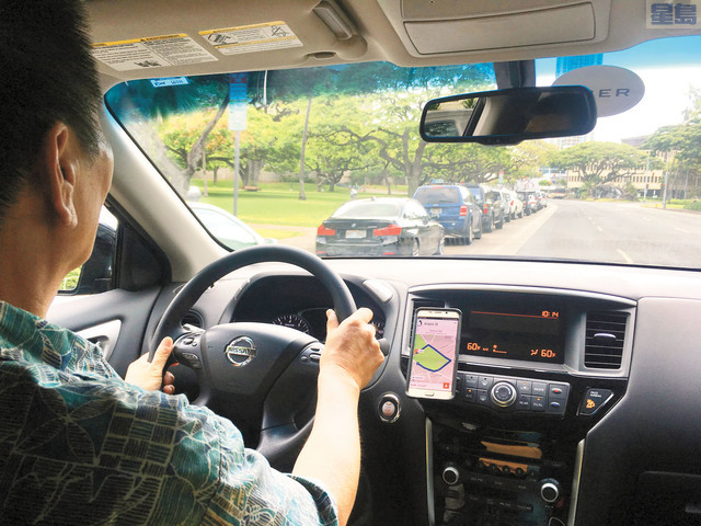 檀香山通過法案限制網的在尖峰時間抬價,圖為一名優步司機在檀香山開車。美聯社
