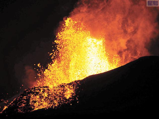 火山熔岩繼續噴發。美聯社