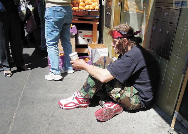 在華埠行乞的無家可歸者。記者黃偉江攝