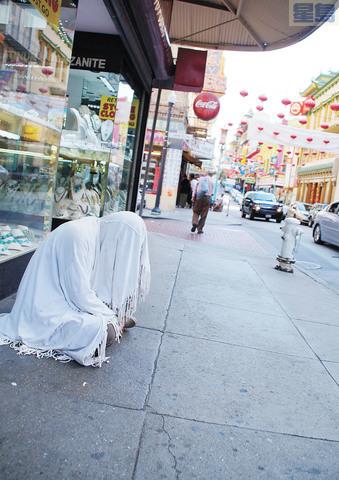 華埠街頭有這樣打扮的無家可歸者。記者黃偉江攝