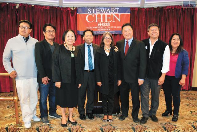 莊錦鎮(左四)決意參選重返阿拉美達市議會,競選正式啟動,多位官員現身支持。記者徐明月攝