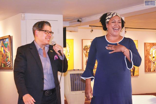 屋崙市議員卡普蘭(左)宣布不選市長,支持社區領袖布魯克斯(右)。記者徐明月攝