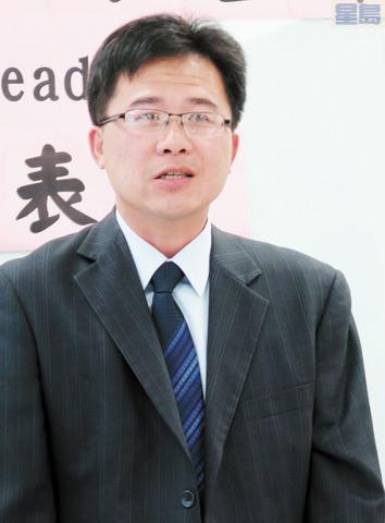 南灣文教中心主任閻樹榮昨天宣達蔡英文政府「壯大台灣,無畏挑戰」之說帖。指中國對台31項措施是「利中」,不是「惠台」。(記者王慶偉攝)