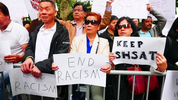 不少華人出來參加示威,反對取消考試。