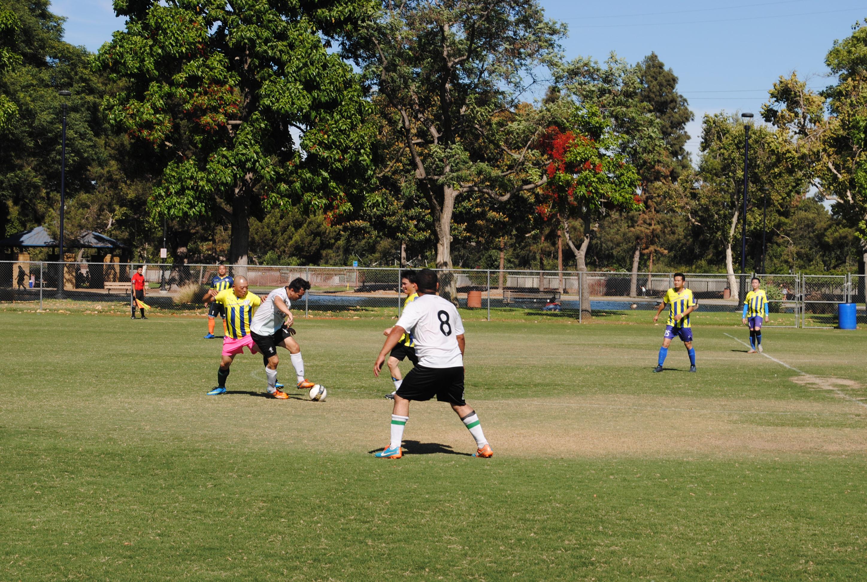 球員落力踢球。記者李青蔚攝