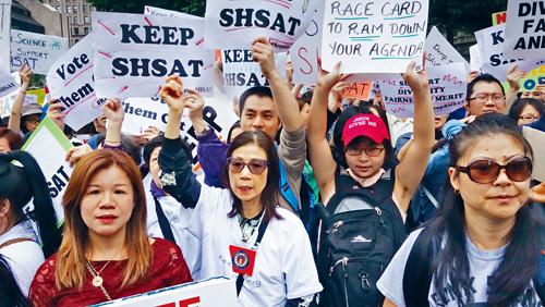 反對特殊高中改革的華人走上街頭。            資料圖片