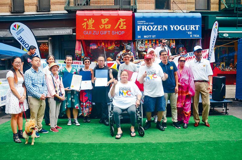參與華埠漫遊節的嘉賓合影。
