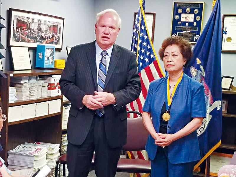 艾維拉主持頒發「自由獎章」儀式,他指朱寶玲獲獎是實至名歸。