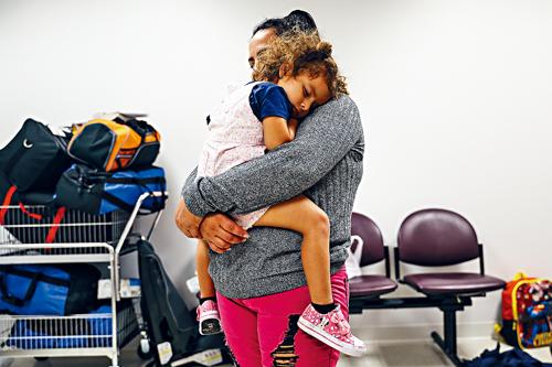 33歲的埃爾南德斯與她3歲的女兒阿德拉。Marian Carrasquero/紐約時報