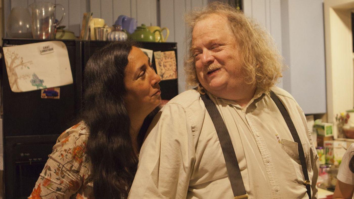 古德(右)和其妻羅利·奧喬亞攝於帕沙迪納的家中廚房。洛杉磯時報
