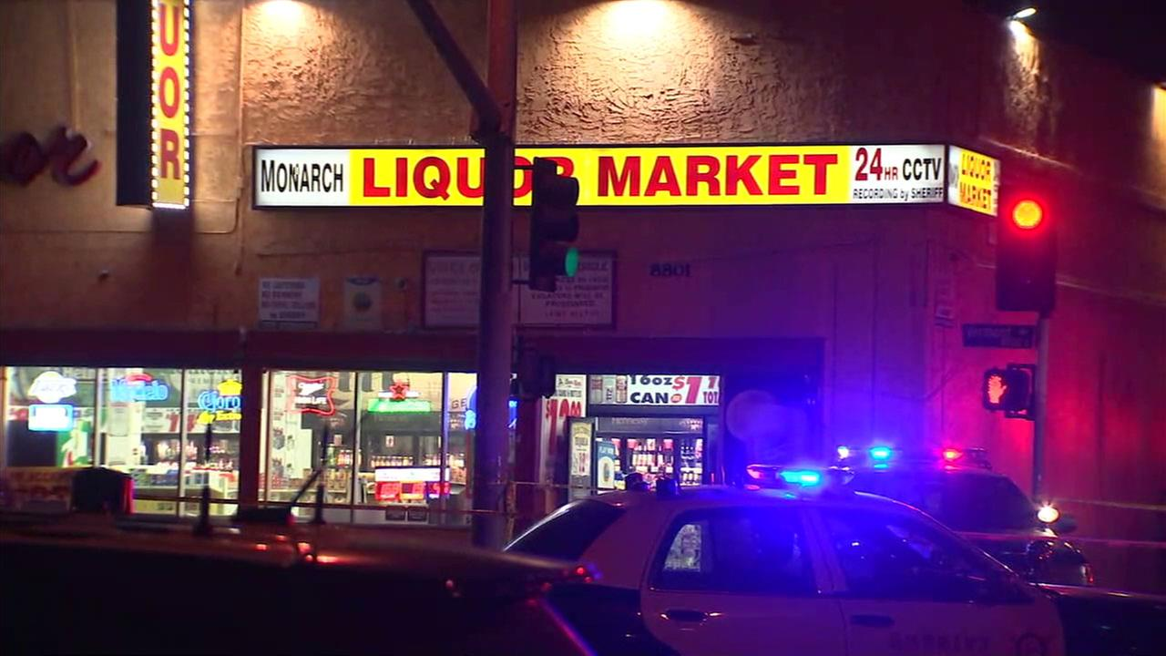 南洛杉磯市一處賣酒商店前日前驚傳槍響,至少有兩名槍手朝正站著聊天的群眾開槍,總計造成2死4傷。KABC / abc 7 Los Angeles