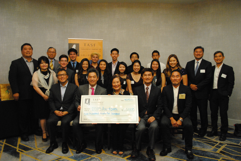 台美人獎學金基金會向10名清寒學生頒發獎學金。記者李青蔚攝