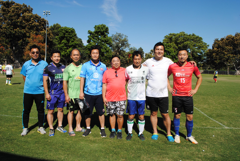 洛杉磯華人足球總會人員與各球隊領隊等人合照。左五為聖蓋博聯合隊領隊黃友光(Brain Wong)。記者李青蔚攝