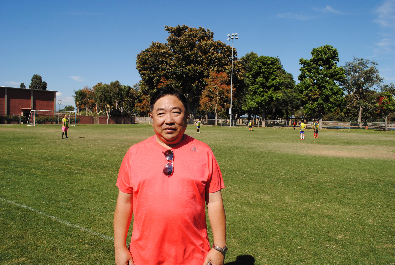 聖蓋博聯合隊領隊黃友光(Brain Wong)背後則為其球隊在比賽。記者李青蔚攝