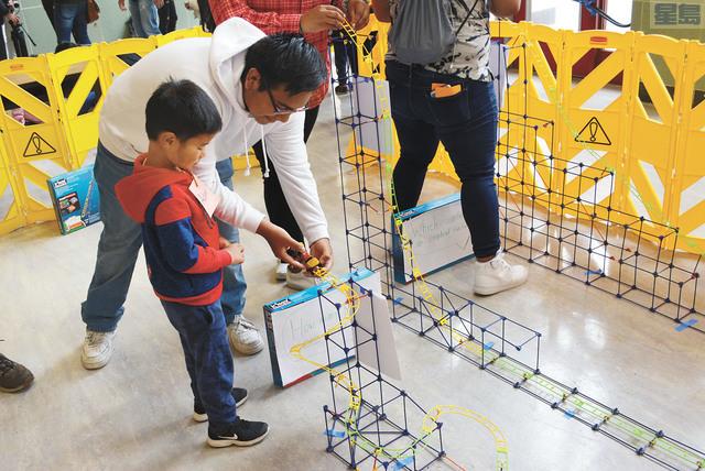三藩市聯合校區舉行趣味數學展覽,幼兒園小朋友與高中生一起通過有趣的生活物體學習數學知識。記者徐明月攝